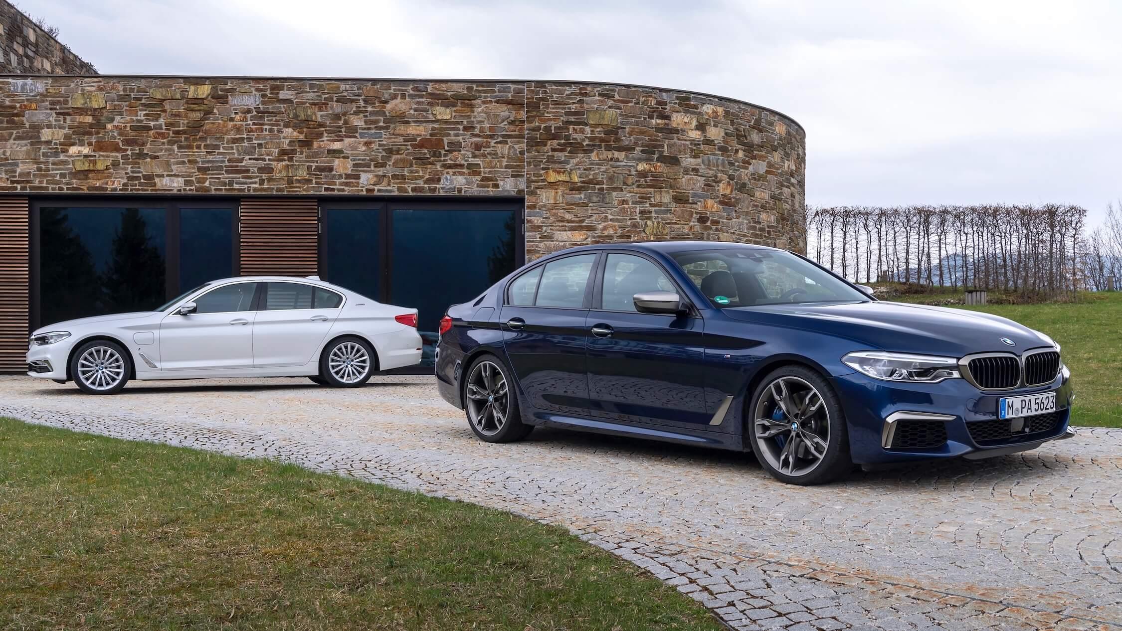 BMW 530e azul e branco