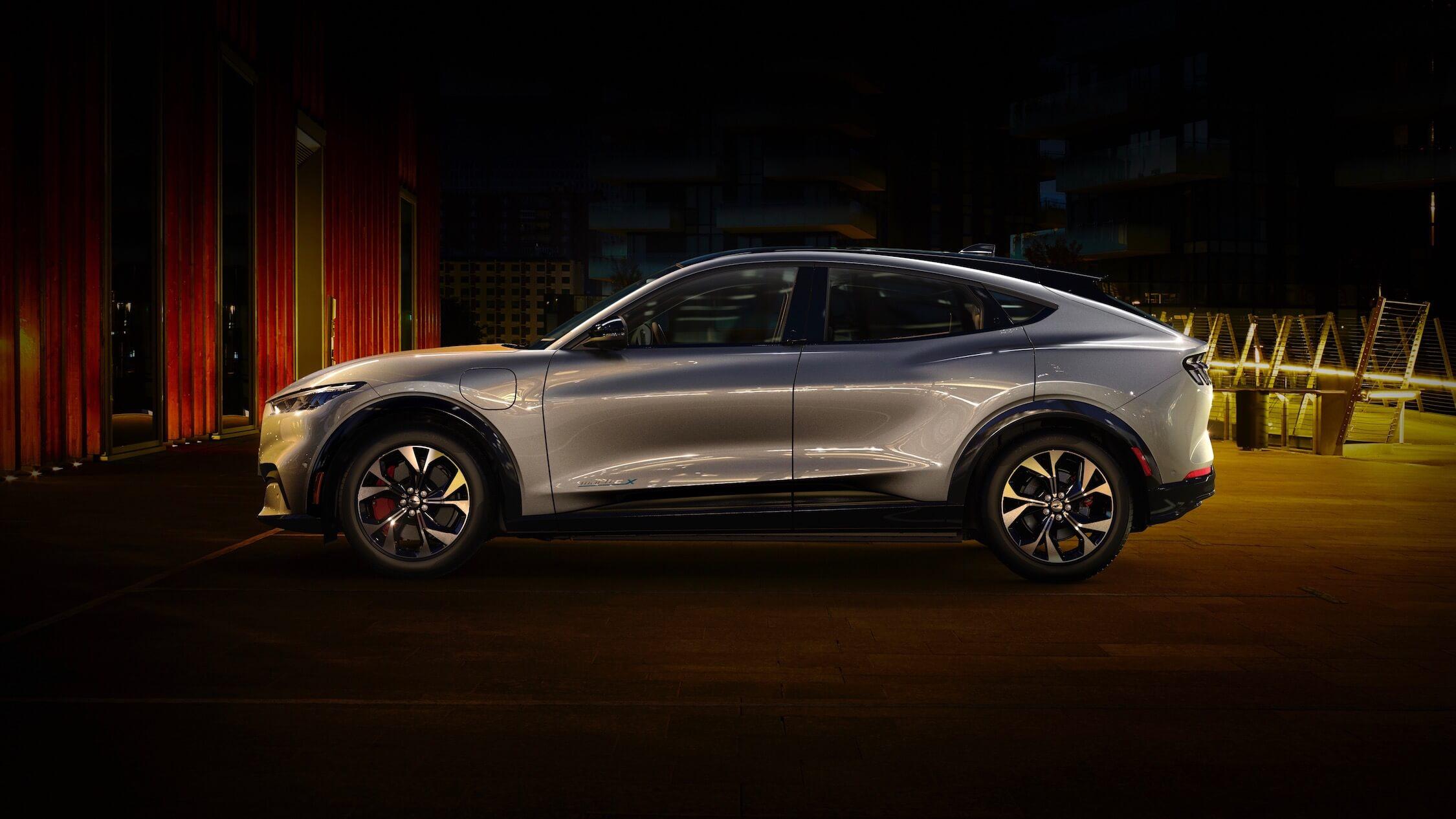 Ford Mustang elétrico perfil