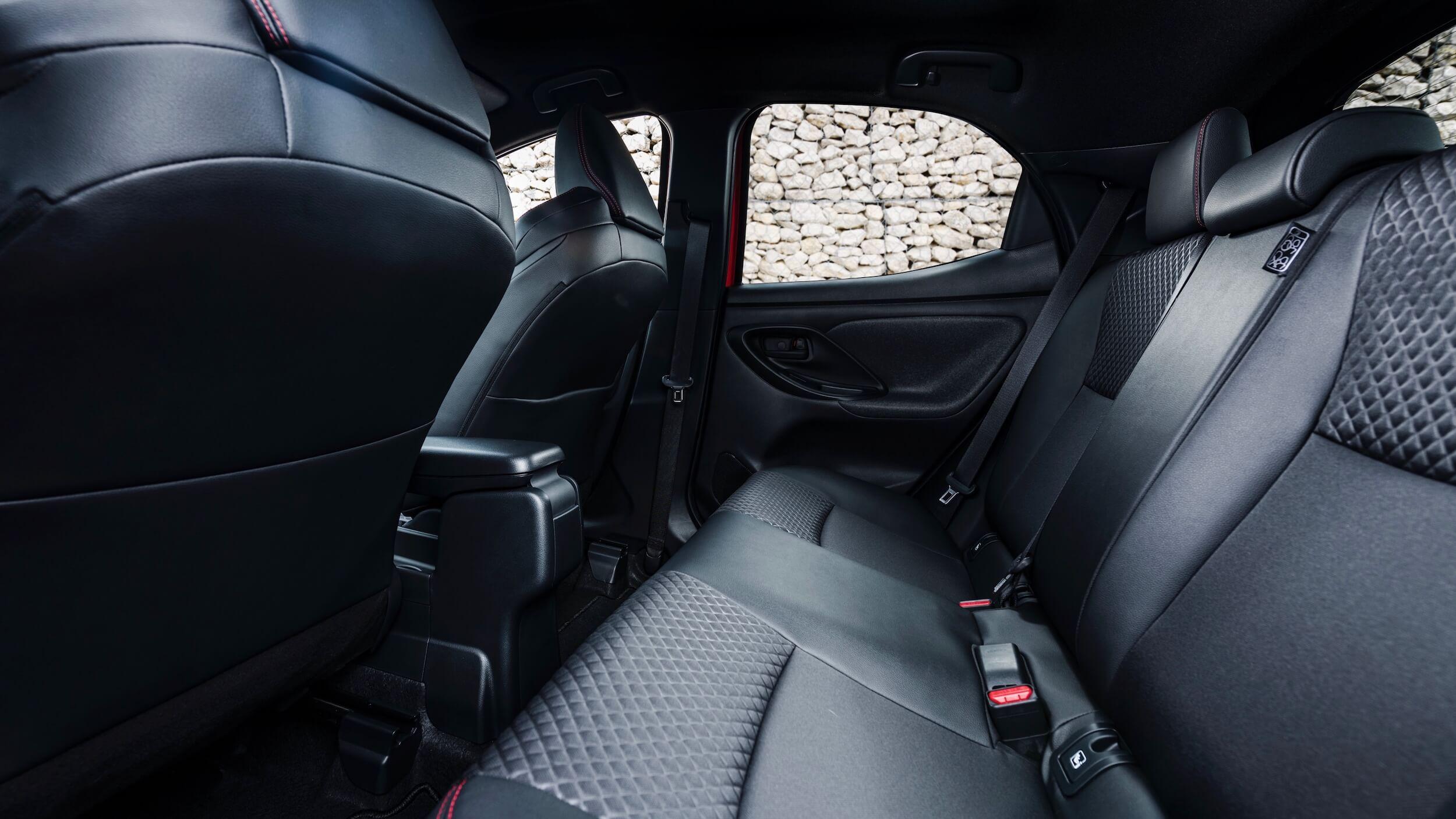 2020 Toyota Yaris híbrido banco traseiro
