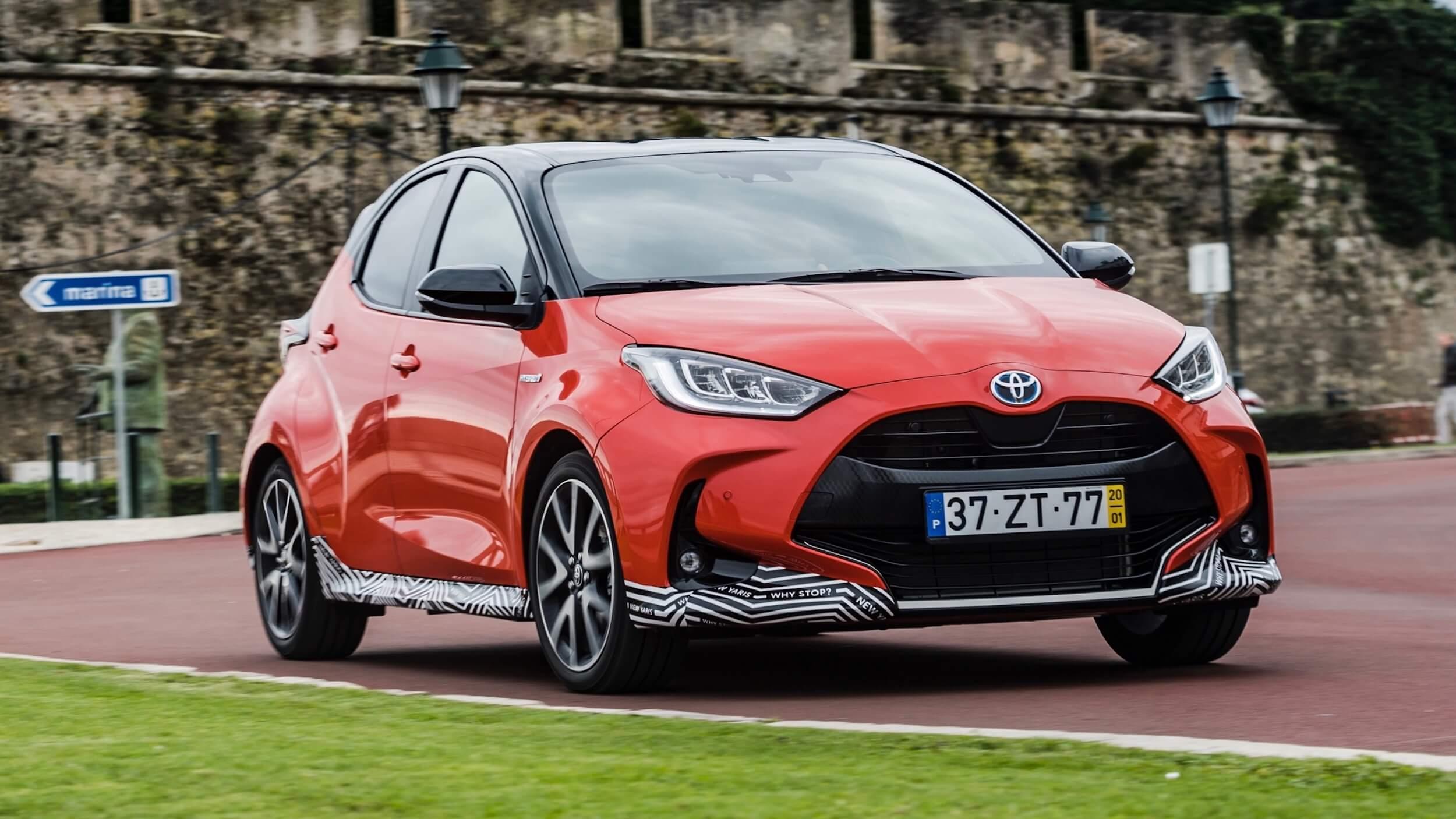 novo Toyota Yaris híbrido vermelho