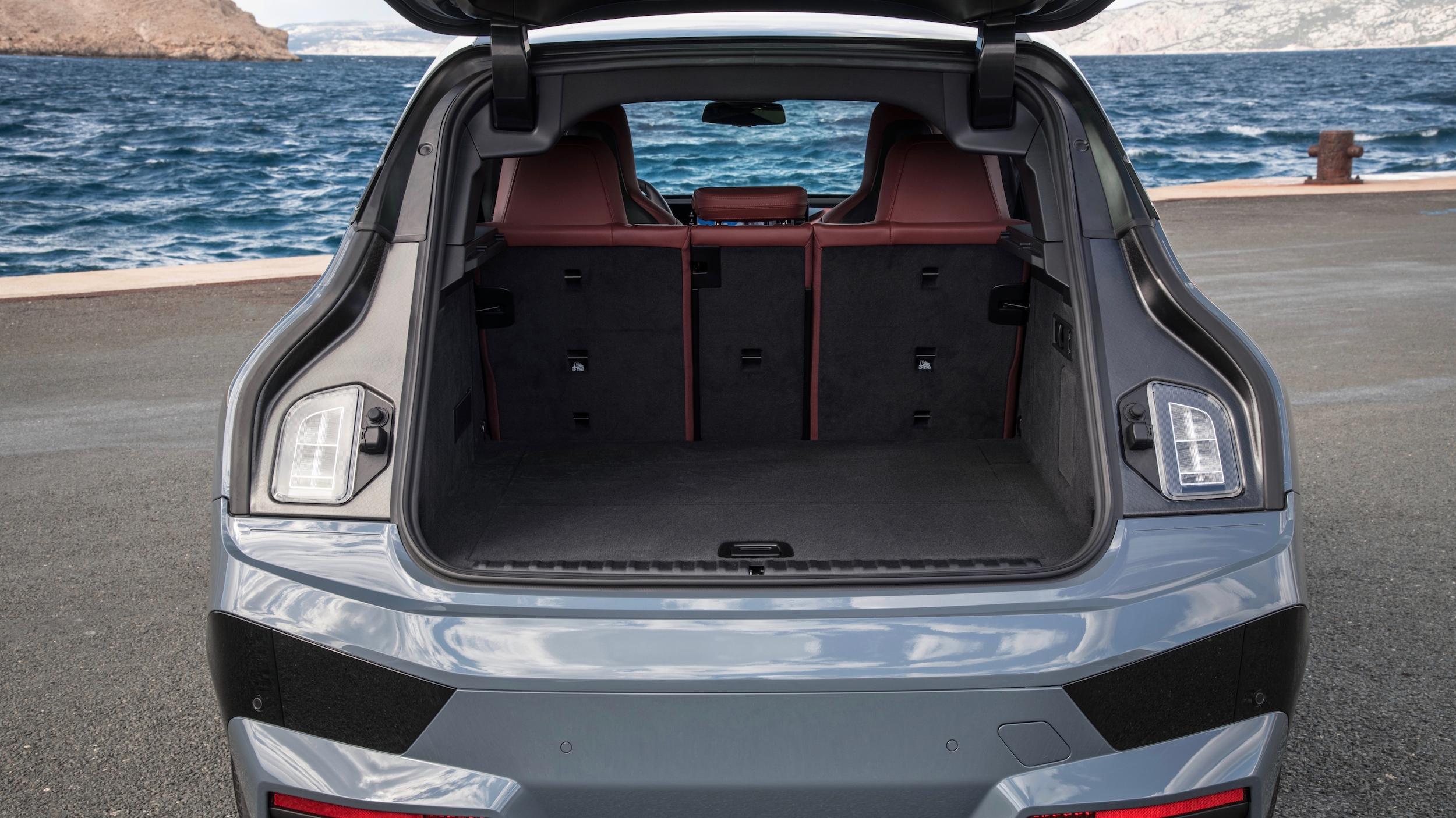 BMW iX bagageira 1