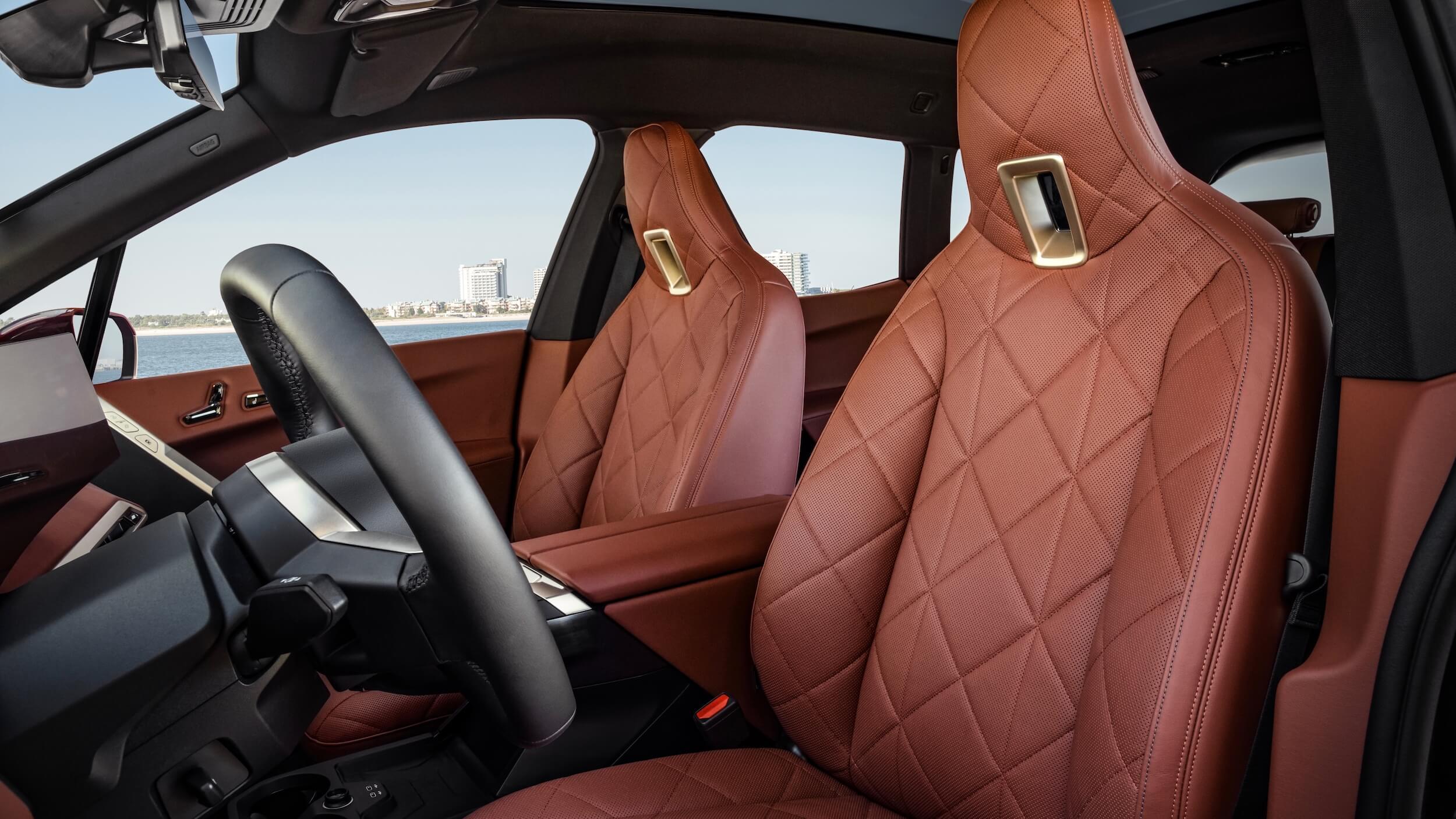 BMW iX cadeiras vermelhas