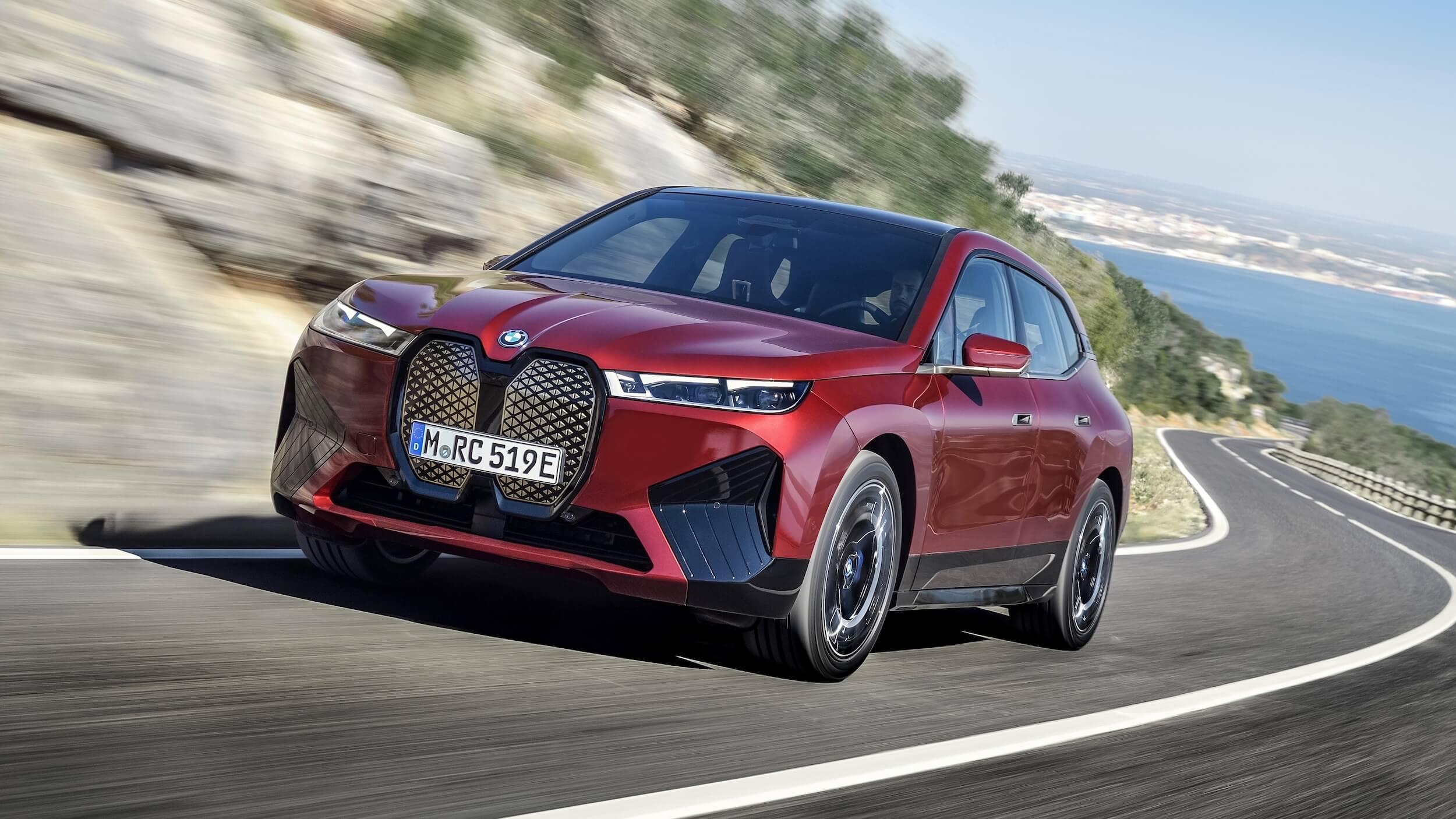 BMW iX vermelho