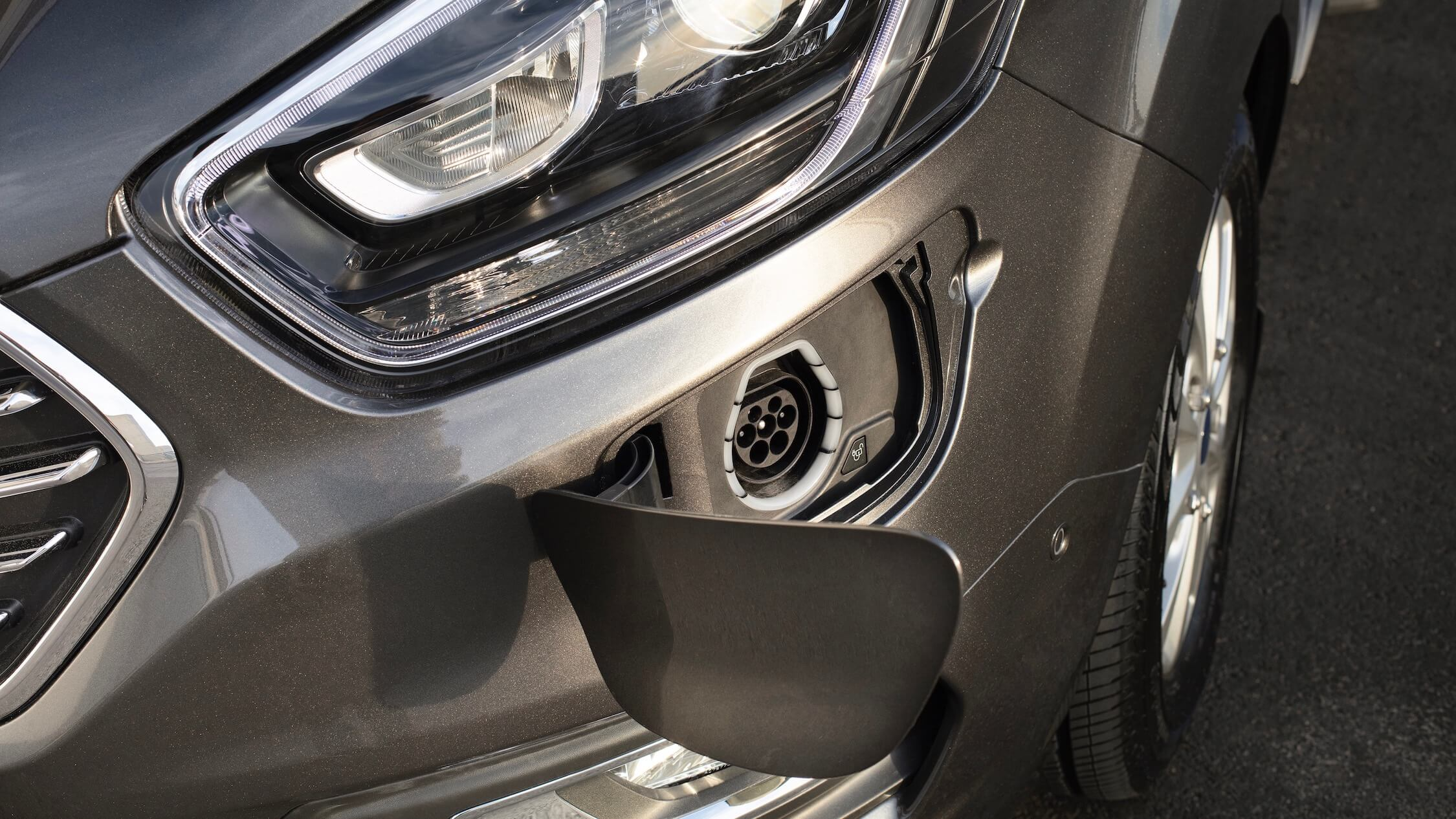 Ford Tourneo Hybrid carregar